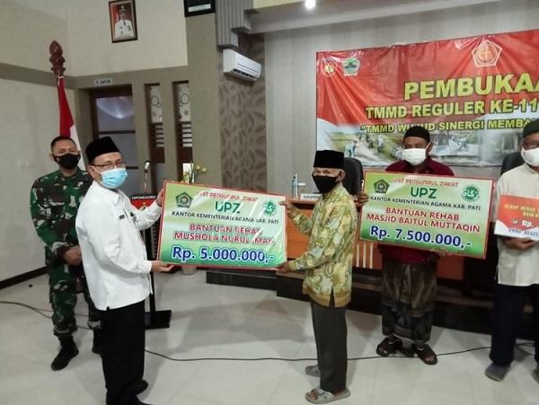 Kepala Kemenag Pati Serahkan Secara Simbolis, Bantuan Renovasi Masjid Dan Musholla pada Pembukaan TMMD.