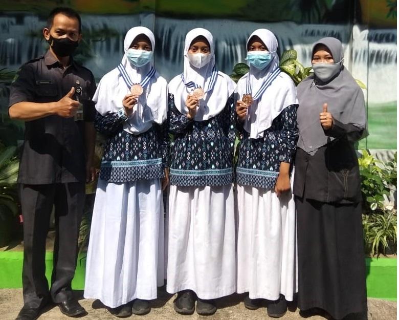 Tri Widayati dan siswa berprestasi MTs N 1 Banjarnegara