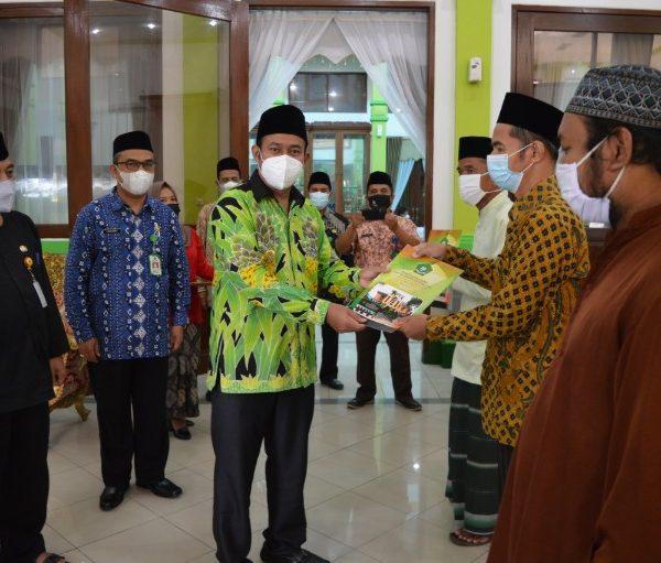 Bupati Agung Serahkan Bantuan UPZ Kemenag untuk Marbot Masjid