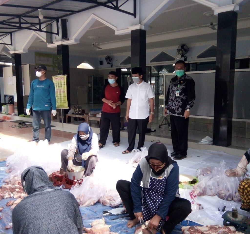 Kakanwil Kemenag Provinsi Jawa Tengah, H. Musta'in Ahmad ketika melakukan pemantauan langsung penyelenggaraan penyembelihan Hewan kurban di Masjid Al Falah Mojoroto, Wonoboyo, Rabu (21/07)