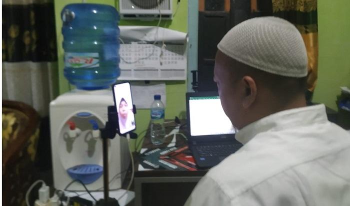 Guru MTs Muh Merden sedang menerima setoran tahfid online
