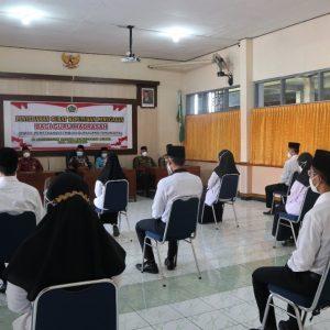 Fatchur Rochman Serahkan SK Mutasi Tugas Guru Madrasah