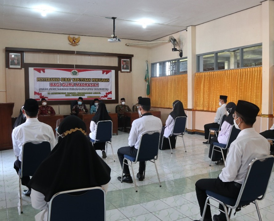Empat belas orang guru madrasah mendengarkan pembinaan dari Kepala Kantor