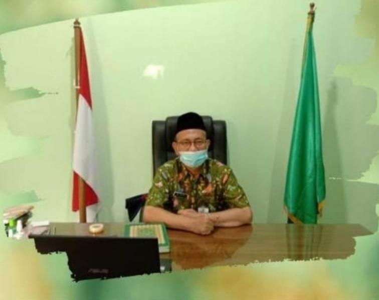 Kepala Kemenag Pati, Drs. H. Ali Arifin, MM saat memberikan keterangan di ruang kerjanya.