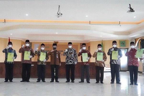 Pejabat administrator yang dilantik berfoto bersama Kepala Kanwil Kemenag Jateng