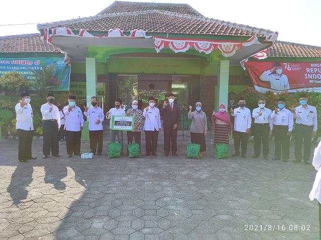 Sekda Boyolali dan Plt. Kepala Kantor Kementerian Agama Kabupaten Boyolali berfoto bersama setelah acara penyerahan bantuan kepada warga terdampak covid-19