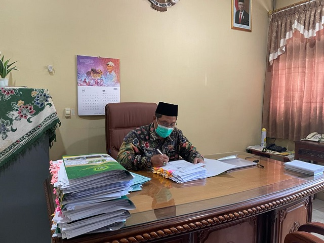 Hanif Hanani menandatangani berkas SKBK
