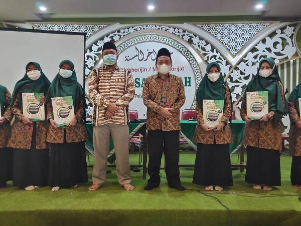 Guru Berprestasi MTs Salafiyah Pati Diberi Reward
