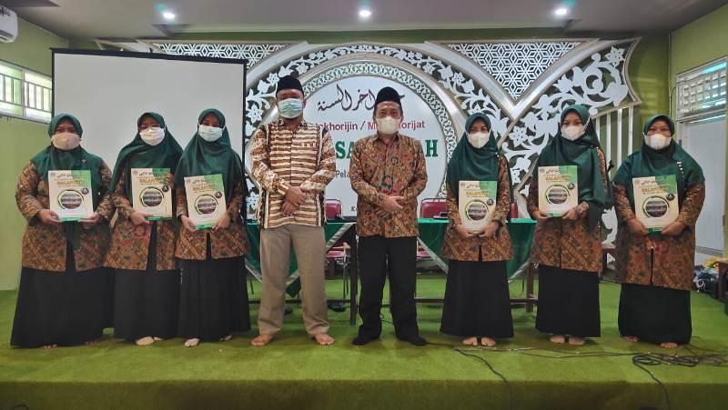 Guru Berprestasi MTs Salafiyah Pati mendapat Reward dari Kepala Madrasahnya.