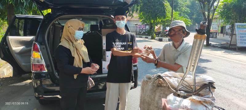 Moh. Agus Suseno , penggagas Karima sedang membagikan nasi bungkus pada pedagang asongan di jalan sekitar kantor Kemenag Pati.