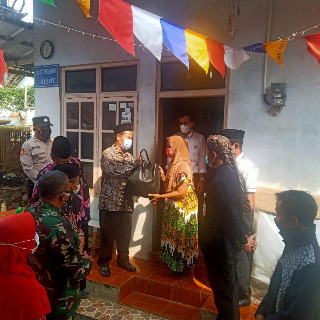 Kepala Kantor Menyerahkan Sembako di Desa Jatisawit Kec. Bumiayu