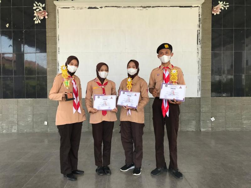 Ambalan Empat siswa/i berprestasi pada Ambalan KhawahRaka MAN 1 Pati
