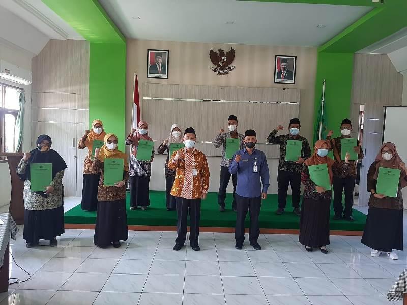 10 Guru PNS di lingkungan Kantor Kementerian Agama Kabupaten Pati menerima Surat Keputusan SK mutasi di madrasah yang berada di daerah asal mereka.