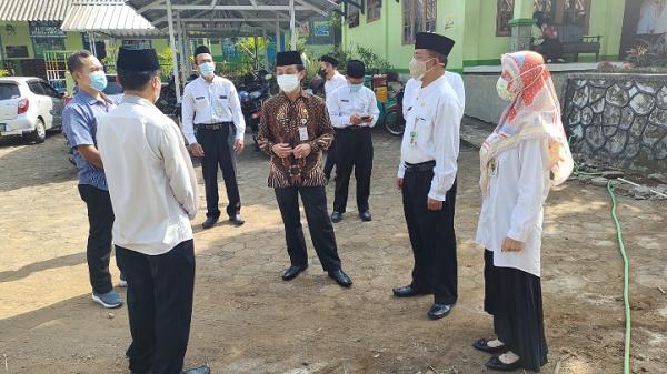 Kakanwil Kemenag Jateng Di Sela-Sela Peninjauan Proyek SBSN MIN 1 Semarang