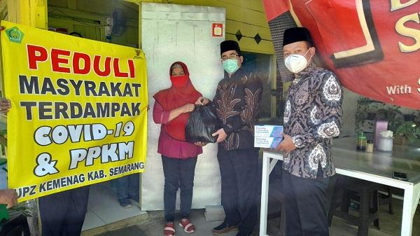 Kasubbag Tata Usaha Kankemenag Kab.Semarang didampingi Penyelenggara Zakat Wakaf Bagikan Paket Sembako Bagi Warga Terdampak Covid-19