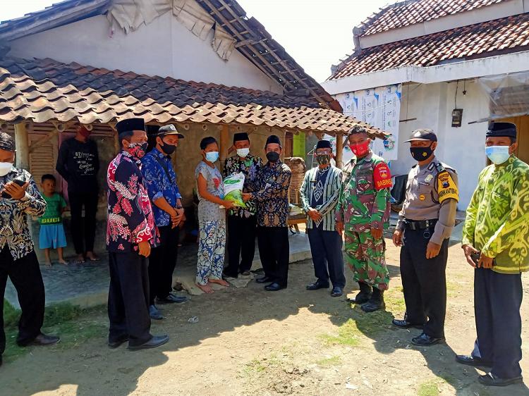 H. Fajarin Menyerahan Bantuan di Desa Kemurung Kec. Tanjung