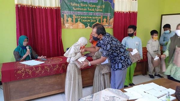 Pengawas RA,MI Kecamatan Suruh Saat Menyerahkan Santunan Bagi Siswa-Siswi Yatim, Rabu (18/8)