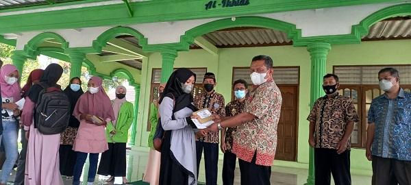Santunan dan Pemberian Hadiah Berupa Mushaf Alqur'an di SMPN 1 Kaliwungu