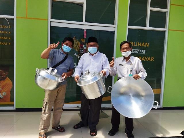 Ketua Basnas Kabupaten Boyolali, Penyuluh Agama Islam Kecamatan Cepogo dan Ketua MT Nurul Hikmah berfoto bersama seusai penyerahan bantuan