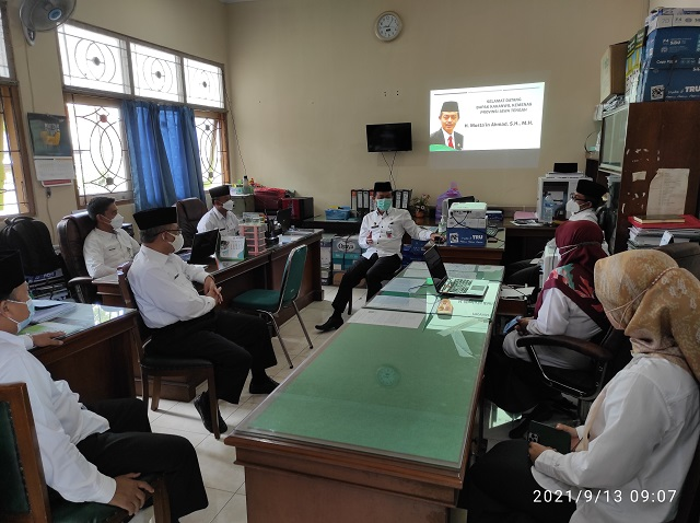 Kepala Kantor Wilayah Kementeiran Agama Provinsi Jawa Tengah, Mustain Ahmad memberikan arahan kepada ASN Seksi Pakis Kankemenag Kab. Boyolali