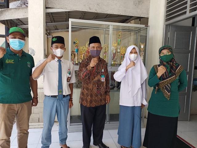 Kasi Pendidikan Madrasah Kankemenag Kab, Boyolali berfoto bersama Kepala MA Al Ihsan dan Peserta KSM Tingkat Provinsi