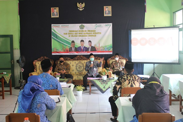 Kepala Kantor Kementerian Agama Kabupaten Boyolali memberikan materi pada kegaitan Penguatan Moderasi Beragama pada Kepala Madrasah dan Guru di Kecamatan Nogosari