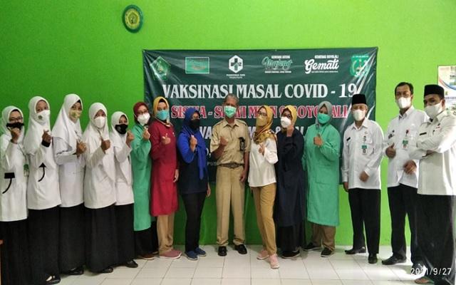 Petugas medis dan Guru MTsN 9 Boyolali berfoto bersama seusai pelaksanaan Vaksinasi bagi siswa siswi MTsN 9 Boyolali