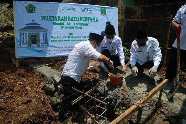 Peletakan batu pertama pembangunan masjid At Tarbiyah MTsN 10 Boyolali oleh Kepala Kantor Kementerian Agama Kabupaten Boyolali