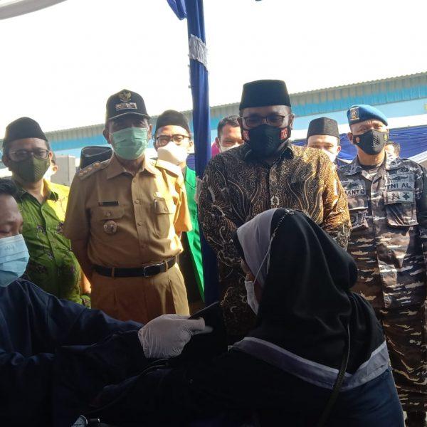 Gusmen bersama Kasal Tinjau Vaksinasi di TPI Tasik Agung Rembang