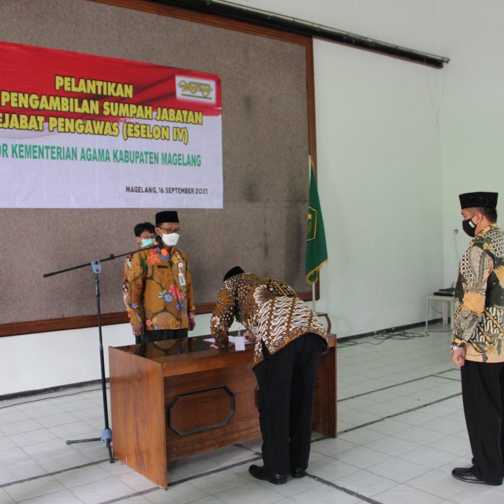 Kepala Sub Bag TU Kankemenag dilantik Khoironi Hadi menadatangani Berita Acara Pelantikan