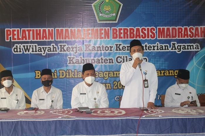 Kepala Balai Diklat Keagamaan Semarang didampingi Kasubbag TU Kankemenag Cilacap membuka kegiatan diklat MBM