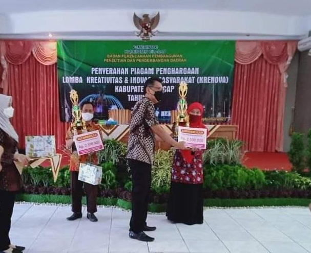 Pembina KIR MAN 1 Cilacap, Eli Widoyo Retno menerima penghargaan sebagai Pembimbing KIR terbaik dari Kepala BAPPEDA Kabupaten Cilacap