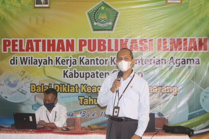 Widyaiswara Balai Diklat Keagamaan Semarang sedang menyampaikan materi terkait Publikasi Ilmiah