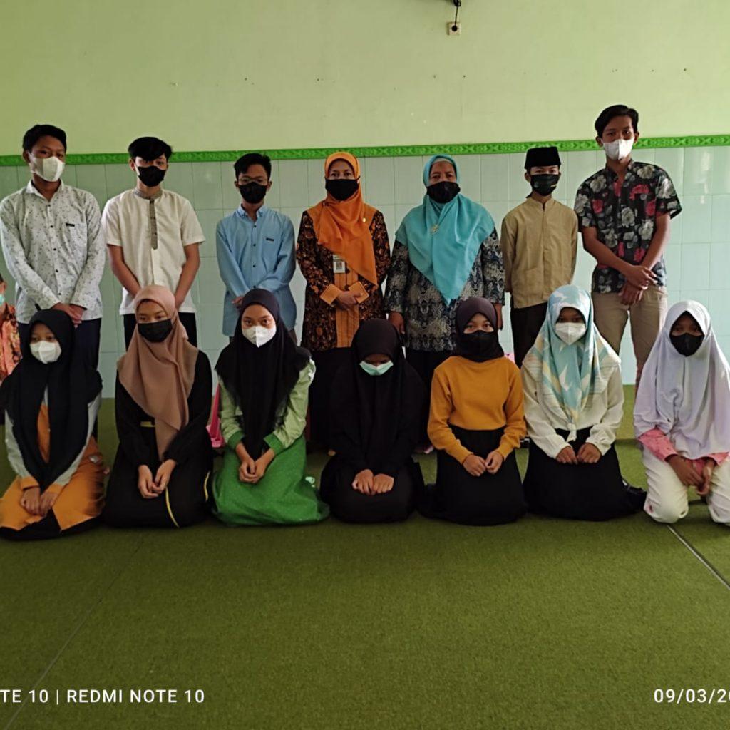 Kepala Madrasah dan pengawas berfoto bersama siswa yatim piatu MTs N 2 Magelang