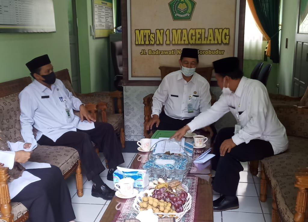 Kepala Kankemenag Kab. Magelang Zainal Fatah ketika melaksanakan Visitasi Pemantauan dan Pendampingan Pembelajaran Tatap Muka Terbatas di MIN 5 Magelang