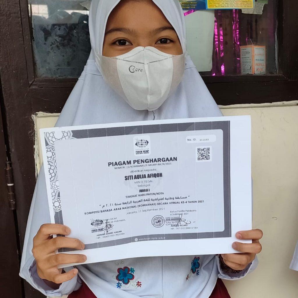 Siti Auli Afikoh Siswi Kelas 6MI Negeri 3Tegal bersama piagam perghargaan yang diterimanya