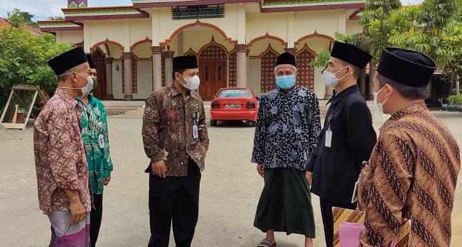 Kepala Kankemenag Kab. Cilacap didampingi Kepala KUA Kecamatan Sampang memantau persiapan pembelajaran tatap muka terbatas di Ponpes Nurul Iman