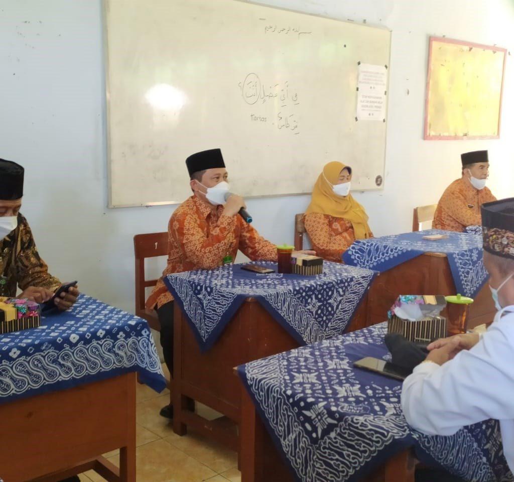Kepala Kantor Kementerian Agama Sukoharjo, Drs.H.Muh. Mu'alim, MPdI, sedang memberikan pembinaan kepada Kepala Madrasah se-Kabupaten Sukoharjo bertempat di MTs Negeri 2 Sukoharjo, Senin (20/9).