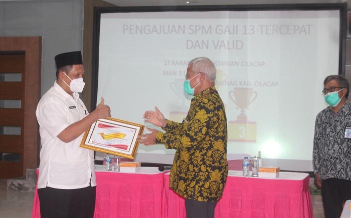 Kasubbag TU Kankemenag Cilacap menerima penghargaan sebagai satker terbaik dari Kepala KPPN Cilacap