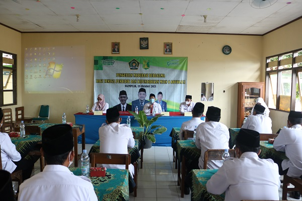 Kepala Kantor Kementerian Agama Kabupaten Boyolali, Hanif Hanani memberikan materi Moderasi Beragama di MTsN 6 Boyolali