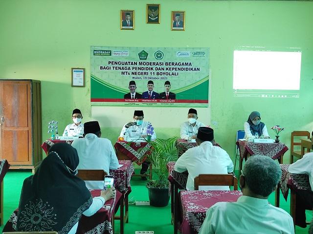 Kepala Kantor Kementerian Agama Kabupaten Boyolali memberikan materi Penguatan Moderasi Beragama di MTsN 11 Boyolali