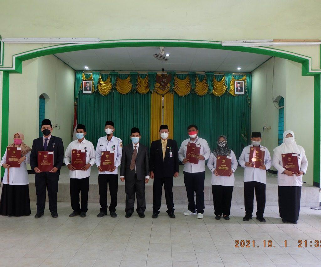 Penyerahan Tanda Kehormatan Satyalancana Karya Satya Di Kemenag Brebes