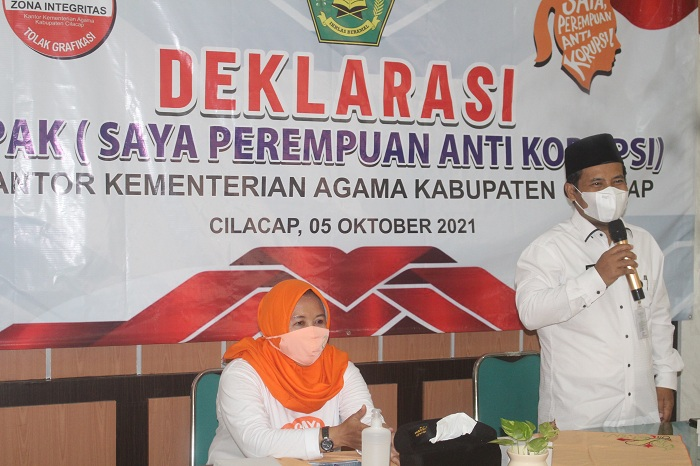 Ka Kankemenag Kab. Cilacap didampingi ketua DWP Kankemenag memberikan sambutan pada deklarasi SPAK DWP Kan Kemenag Cilacap