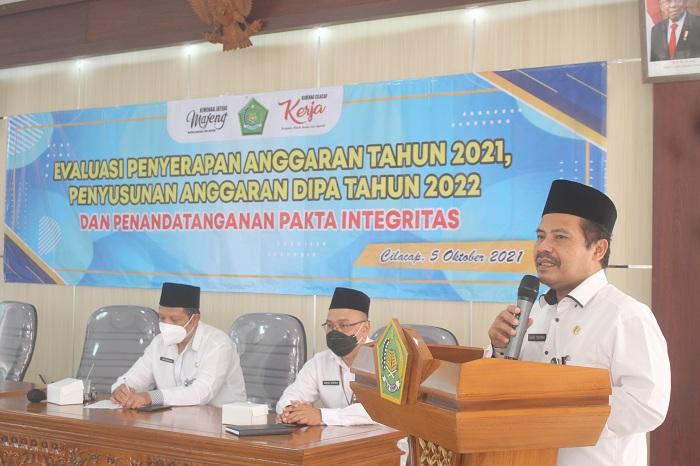 Kepala Kankemenag Kab. Cilacap memberikan arahan pada kegiatan rapat evaluasi anggaran tahun 2021